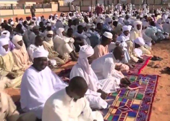 Les fidèles attendent l'arrivée de l'imam (c) Harif