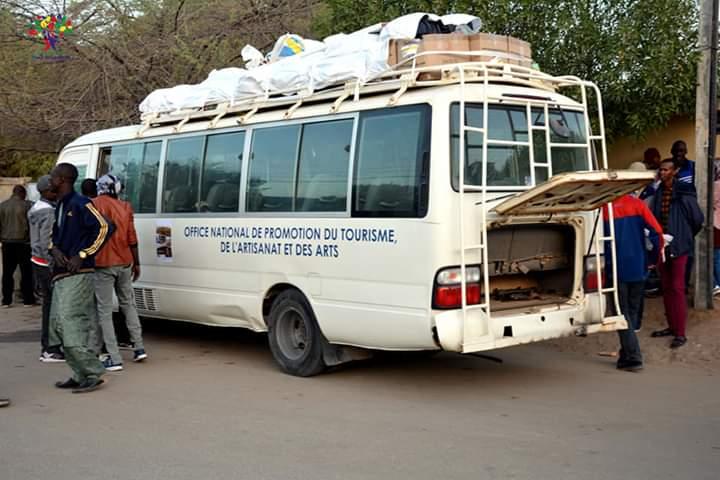 Sur l'Avenue Maldom Bada, une vue du bus prêt à démarrer. Crédits photo: Chad Volunteers